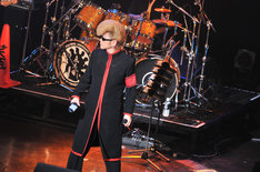 氣志團のライブでは黒い「氣」スリッパが宙を舞った。