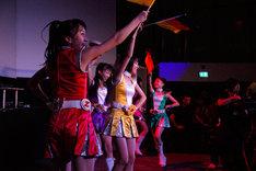 「ワニとシャンプー」では扇子をドイツ国旗に持ち替えて日独交流。(c) 文化庁メディア芸術祭事務局