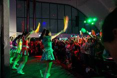 サイリウムを振って応援する観客。会場には日本から応援に駆けつけたモノノフの姿も。(c) 文化庁メディア芸術祭事務局