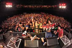 ライブ終演後に行われた記念撮影の様子(撮影:マサノリ<LIVEPHOTOBANK>)。