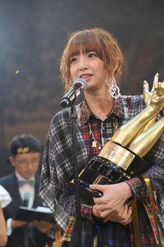 優勝トロフィーを手にした篠田麻里子。 (C)AKS