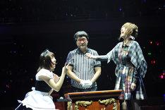 決勝戦の様子。写真左から藤江れいな、山里亮太、篠田麻里子。 (C)AKS