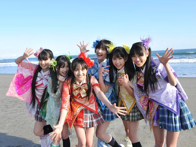 映画「NINIFUNI」より。ももクロの6人は、PVの撮影に現れたももクロ本人役として出演している。(c)ジャンゴフィルム、真利子哲也