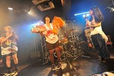 ライブ終了後、花束を受け取って笑顔で挨拶する高橋久美子(写真中央)。