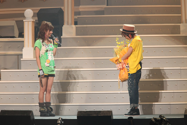 同期の強い絆で結ばれた高橋愛(写真右)と新垣里沙(左)。新垣は「愛ちゃん、10年間お疲れさま!」と笑顔で高橋を送り出した。