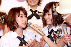 「去年も同じ日に親知らずが痛くなったんです!」と説明する大島(写真左)とマイクを支えてあげる前田(写真右)。