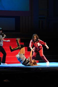 高橋奈苗選手(写真中央)をマットに投げつける松井珠理奈(右)。