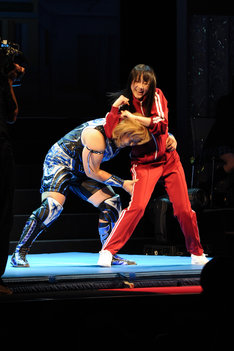 フラフラになりながらも倉垣翼選手(写真左)と格闘する松井玲奈(右)。