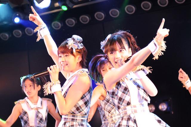 写真左から島田晴香、島崎遥香。なお島田は大場美奈が復帰するまでの間、チーム4キャプテン代行を務める。