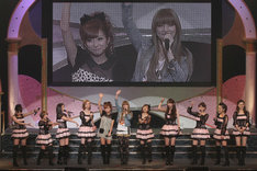 ドリーム モーニング娘。のコンサートにゲスト出演した後藤真希と辻希美(写真中央)。