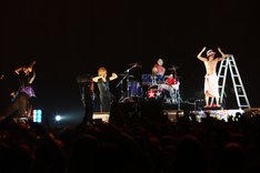 度肝を抜く演出の数々で観客を沸かせたゴールデンボンバー。写真は喜矢武豊のギターソロならぬシャワーソロ。 (C) V-ROCK FESTIVAL '11