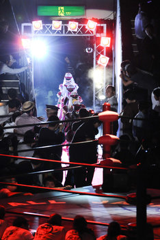 グレートクローバーZの入場シーン。5人はマスクを付けて登場した。
