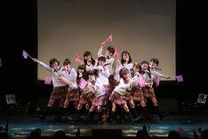 写真は「さくら学院祭☆2011」ステージの様子。生徒会長の武藤彩未は「さくら学院はまだまだ止まりません。これからもずっと応援してください!」とアピールした。
