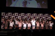 ケミカルライトを片手に、ミュージカル「レ・ミゼラブル」から「夢やぶれて」を歌唱した生田絵梨花(写真中央)。