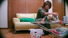 仕事を終え部屋で晩酌を楽しむ中澤裕子(「SHIT!」のPVのワンシーン)。