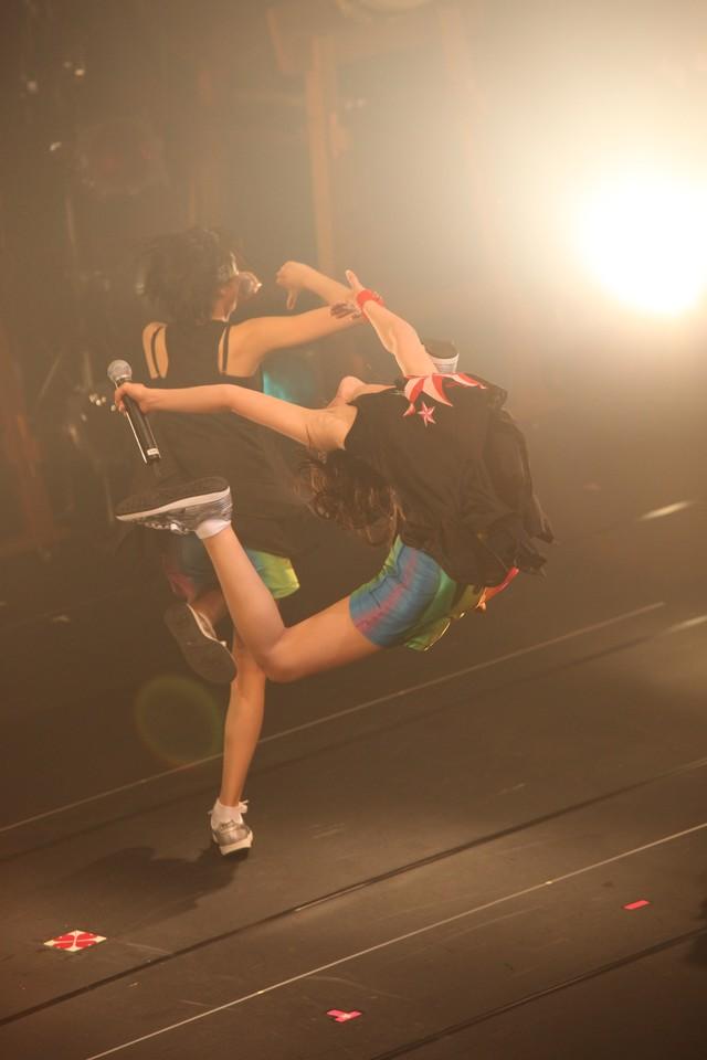 「行くぜっ!怪盗少女」で披露された百田夏菜子のえびぞりジャンプ。