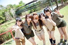 「AKB48 ネ申テレビスペシャル~オーストラリアの秘宝を探せ!~」より。写真左から山内鈴蘭、島田晴香、高橋みなみ、竹内美宥、中村麻里子。