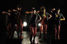 新曲「労働讃歌」では省エネジャケットを羽織ってのパフォーマンスを披露。