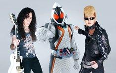 写真左からマーティ・フリードマン、仮面ライダーフォーゼ、綾小路翔。