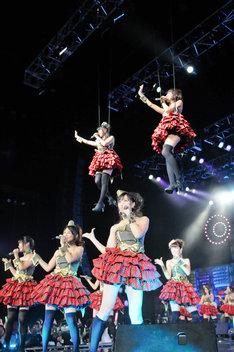 「Don't think. Feel!!!」で空中浮遊する遠藤舞と大川藍。