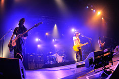 「BUMP OF CHICKEN 2011-12 TOUR『GOOD GLIDER TOUR』」初日公演の様子。(写真:KAZUMICHI KOKEI)