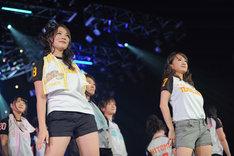 写真左よりフォンチー、谷澤恵里香(12月4日に行われたライブ「アイドリング!!! 11th LIVE『めっちゃ近いぞ!ビッグエッグング!!!』」より)。