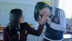 「片想いFinally」ビデオクリップより。写真左から松井玲奈、松井珠理奈。 (C)AKS