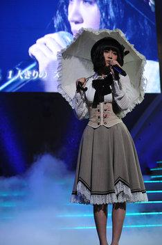 「枯葉のステーション」を歌う前田敦子(紅組)。 (C)AKS
