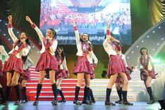 初来日となったJKT48は、紅組の助っ人としてサプライズ出演。 (C)AKS