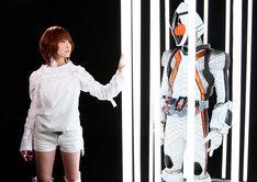 捕らえられた仮面ライダーフォーゼを助け出す救世主May'n。(C) 2011 石森プロ・テレビ朝日・ADK・東映
