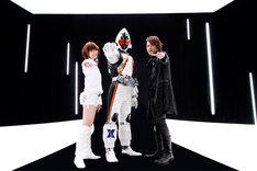 写真左からMay'n、仮面ライダーフォーゼ、椎名慶治。(C) 2011 石森プロ・テレビ朝日・ADK・東映