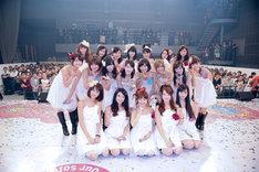フォンチー(写真前列右から2番目)と谷澤恵里香(同3番目)を囲むアイドリング!!!メンバー。