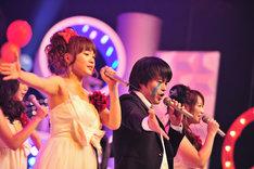 写真左から谷澤恵里香、バカリズム升野英知、フォンチー。