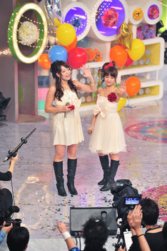 ライブ終了後、名残惜しそうにスタジオを後にするフォンチーと谷澤恵里香。