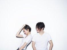 渋谷慶一郎 feat. 太田莉菜。アーティスト写真は鈴木心が撮影し、ヘアメイクは加茂克也が担当している。