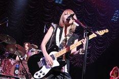写真は12月22日に大阪・なんばHatchで行われたワンマンライブ「BEST★X'mas3」の模様。