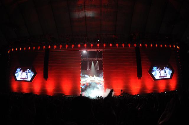 12月22日に行われた「B'z LIVE-GYM 2011 -C'mon-」東京ドーム公演の様子。巨大なスクリーンが左右に割れる派手なオープニングとなった。