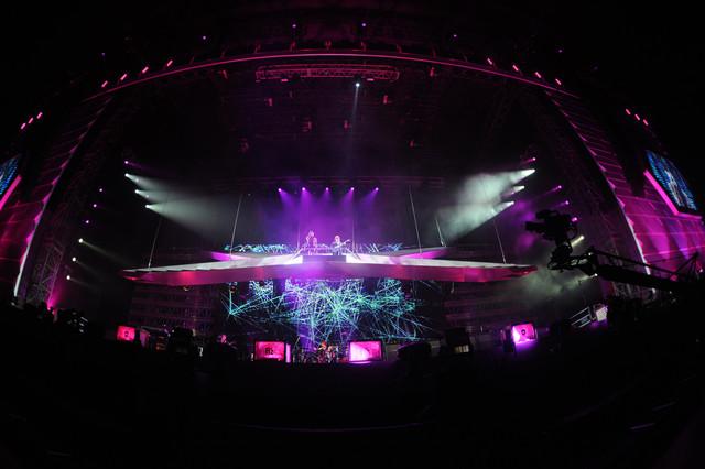 12月22日に行われた「B'z LIVE-GYM 2011 -C'mon-」東京ドーム公演の様子。宙に浮いた階段に乗って登場したB'zの2人。