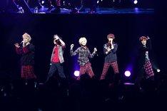 12月24日に東京・東京国際フォーラム ホールAで開催されたSHINeeのライブ「SHOWCASE LIVE」の模様。