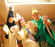 2011年1月1日にもちつきを行った際のANI(写真左)、篠原ともえ(中央)、ピエール瀧(右)。来年はどんな衣装で登場するのかも気になるところだ。