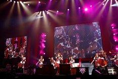 MCで「これから先も正月公演を続けていきたいし、ここでは意味のある曲を届けていきたい」と語った西川貴教(写真中央)。