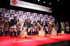 「新年のご挨拶させてくださいっ!会」にて、餅つきをする乃木坂46。