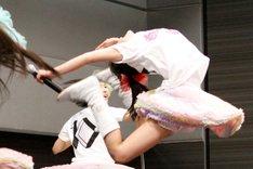 2012年初ライブとなったこの日も見事なえびぞりジャンプを決めた百田夏菜子。