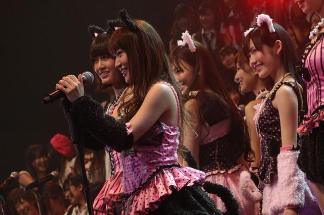 「ヘビーローテーション」を披露するAKB48。