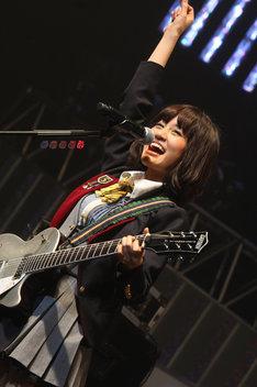 シルバーのギターを手に「GIVE ME FIVE!」を歌う前田敦子。
