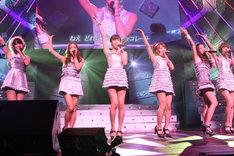 「スイート&ビター」を披露するAKB48メンバー。同曲はニューシングル「GIVE ME FIVE!」に収録される。