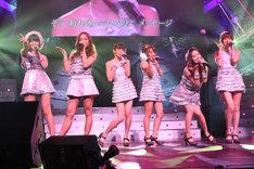 写真左から指原莉乃、板野友美、前田敦子、高橋みなみ、大島優子、篠田麻里子。