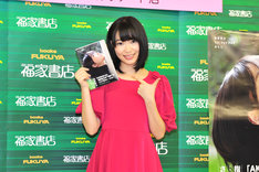 1stフォトブック「さしこ」を手にした指原莉乃。表紙写真はメンバーの前田敦子もお気に入りとのこと。