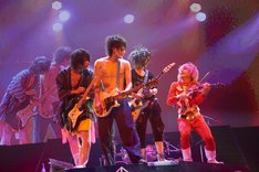 「†ザ・V系っぽい曲†」でギターを抱える歌広場淳、樽美酒研二、喜矢武豊の3人と、壊れたバイオリンを弾くふりをする鬼龍院翔。
