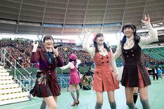 西武ドームのグラウンドを駆け回る向田茉夏(写真左)、後藤理沙子(中央)、阿比留李帆(右)。
